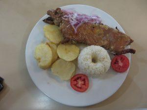 Cuy frito: frittiertes Meerschwein (nur ein halbes - längs geteilt)