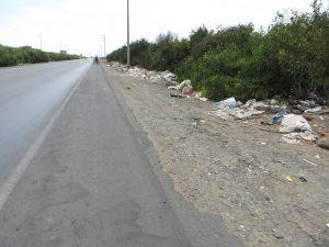 Die Panamericana in Nordperu: eine Müllhalde